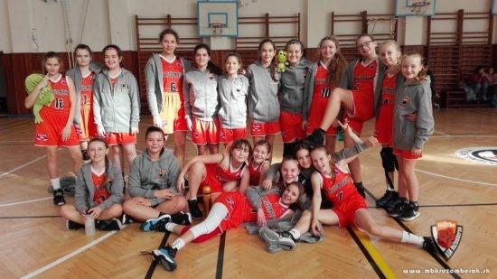 Úspešné dievčatá po víťazných zápasoch v B. Bystrici.